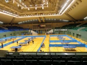 広い体育館に卓球台がびっしりです。