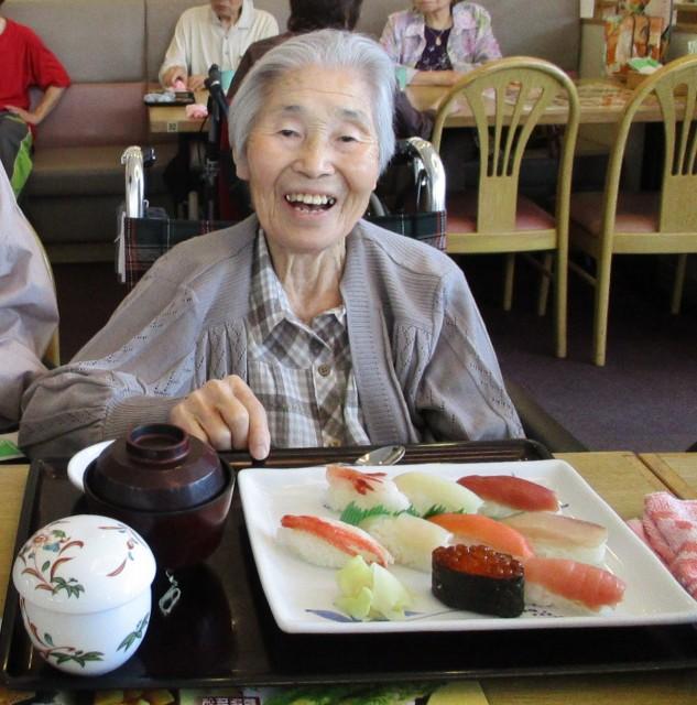 大好きなお寿司がきたよ♪