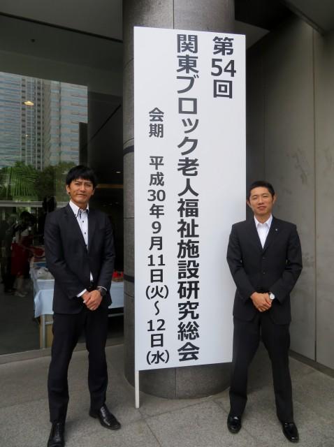 入口の前で記念撮影。貴重な体験をさせて頂きありがとうございました!