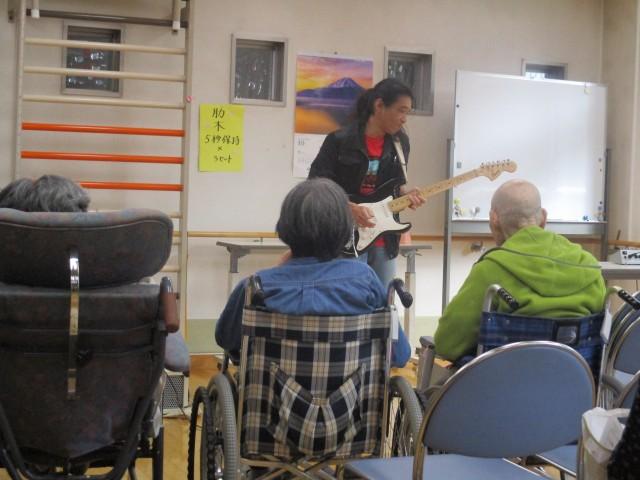 恒例になった皆川職員によるギター演奏
